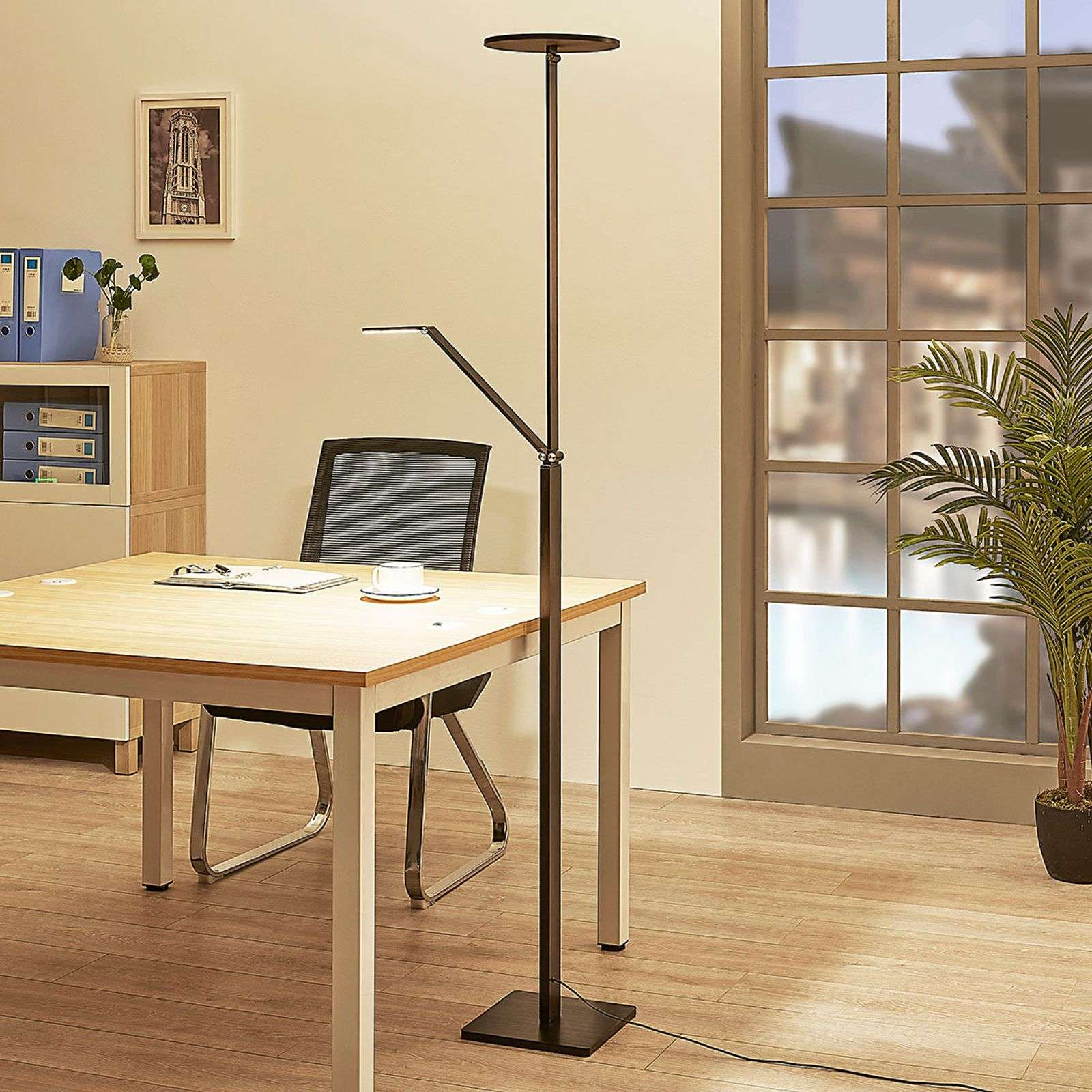 Lampadaire LED indirect Jernika noir, dimmable